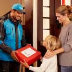 Hermes Paketbote liefert Weihnachtsgeschenke aus