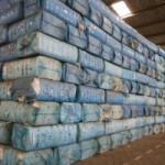 Benin Cotonou Projekt Cotton Made in Africa Baumwollterminal im Hafen Hafenarbeiter zaehlt die Ballen mit Baumwolle bevor sie in Container verladen werden